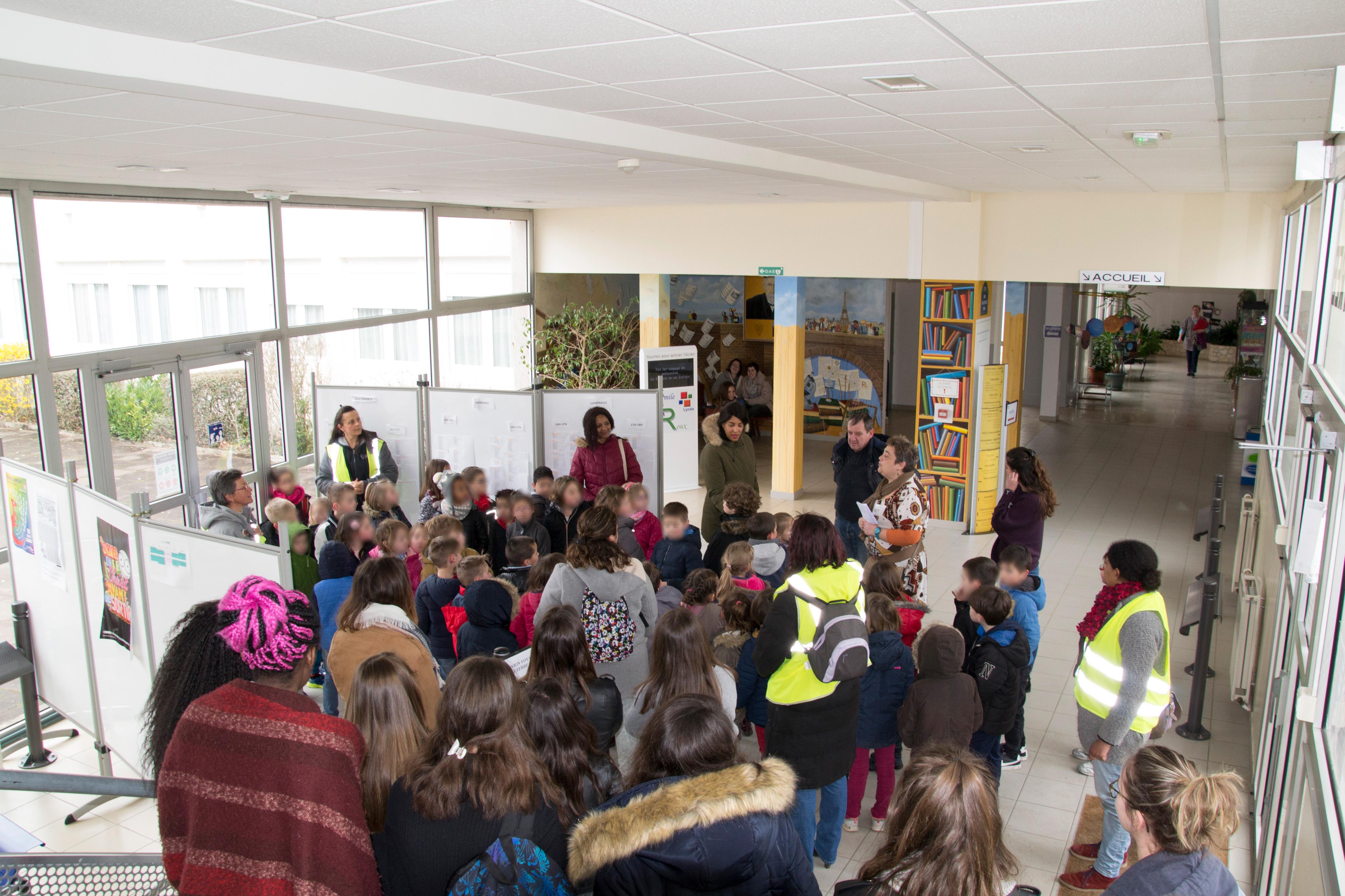L'arrivée des CP- CE1 au lycée de Confolens. Ils sont accompagnés de leurs maîtresses et de la classe de 2nd ASSP, tout sourire.