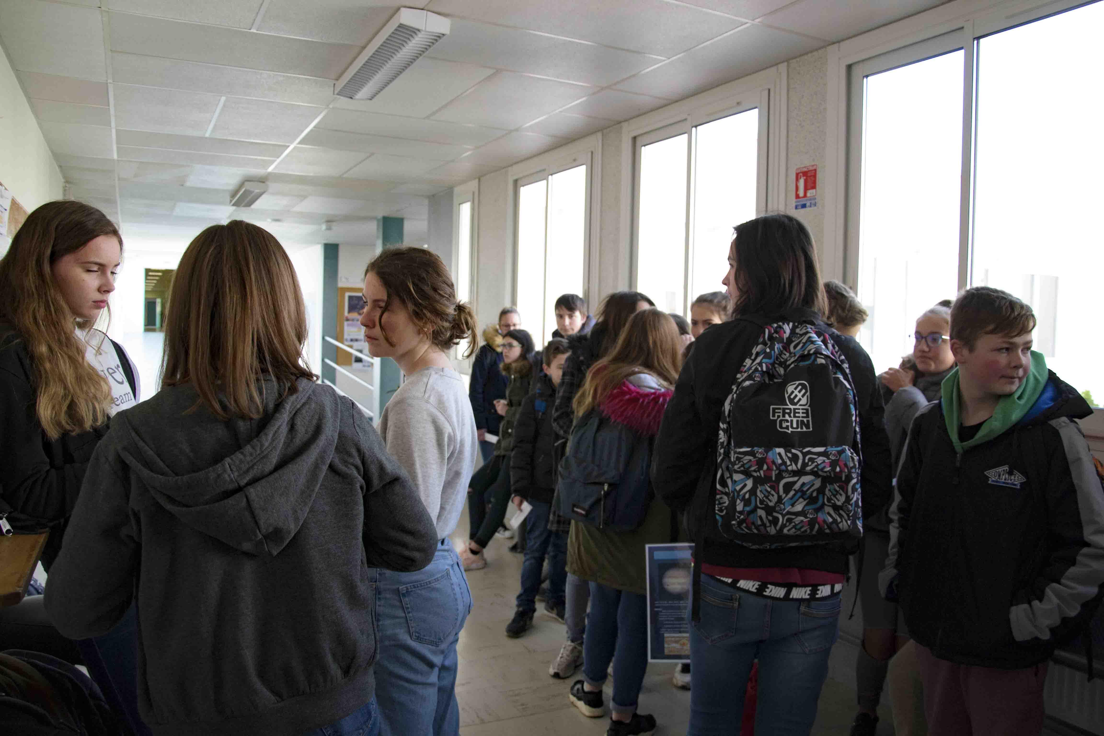 Devant le CDI, les élèves attendent d'autres groupes de visite.